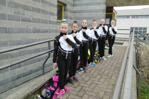 Cinque ginnaste Club des Sports impegnate a Candelo